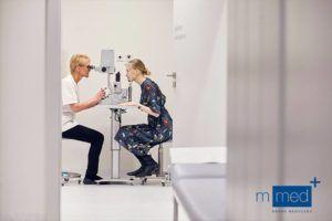 badanie wzroku kobiety