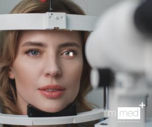 kobieta w trakcie badania oka