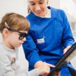 badanie w ciemnych okularach