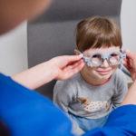 przymierzanie okularów przez dziecko