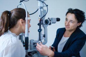 kobieta podczas badania oka