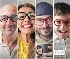 uśmiechnięci ludzie w okularach