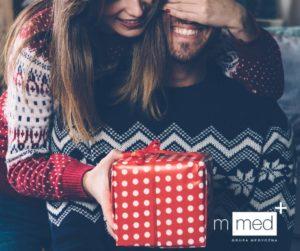 wręczanie prezentu przez dziewczynę
