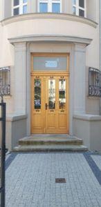 zdjęcie przedstawiające drzwi frontowe